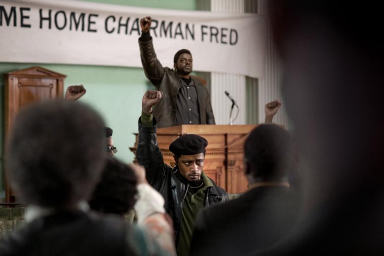 Judas e o Messias Negro entrega uma narrativa envolvente com ótimas atuações de Daniel Kaluuya e LaKeith Stanfield.
